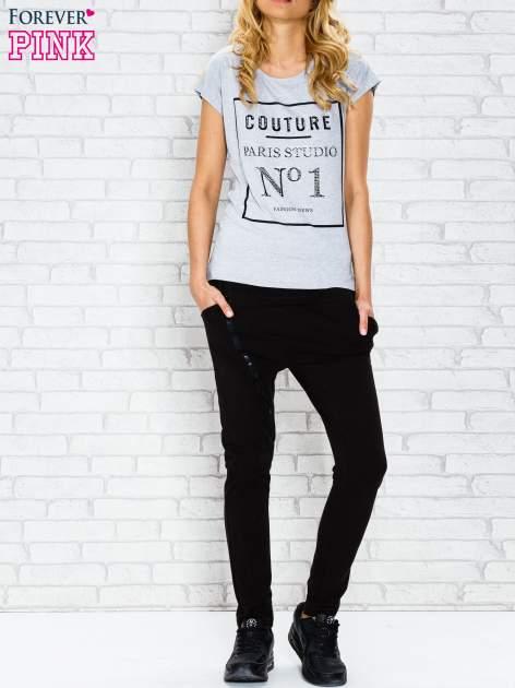 Szary t-shirt z napisem PARIS STUDIO z dżetami                                  zdj.                                  4