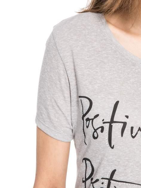 Szary t-shirt z napisem POSITIVE MIND z dżetami                                  zdj.                                  5