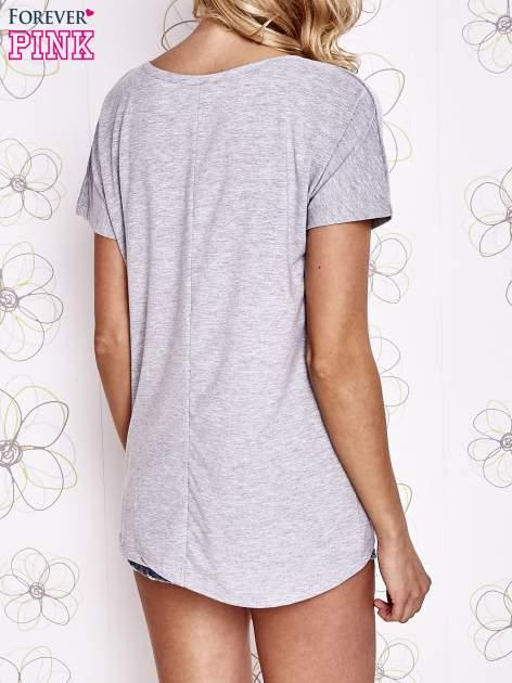 Szary t-shirt z ozdobnym napisem i kokardą                                  zdj.                                  4