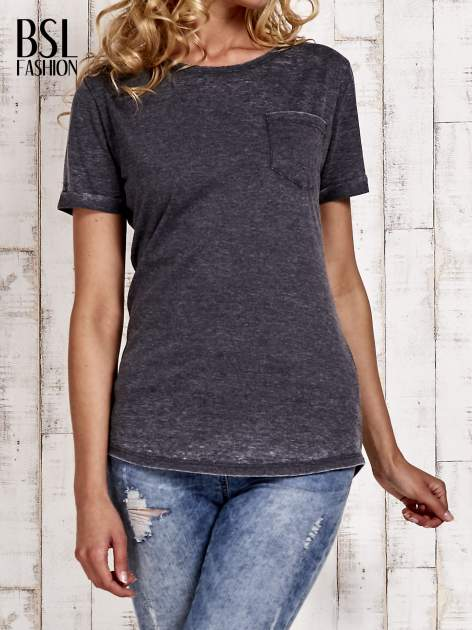 Szary t-shirt z podwijanymi rękawkami efekt acid wash                                  zdj.                                  1