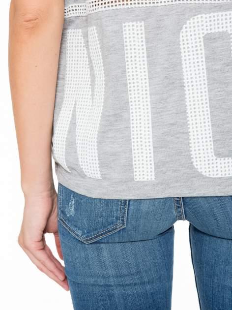 Szary t-shirt z siatkowym wzorem w stylu baseballowym                                  zdj.                                  10