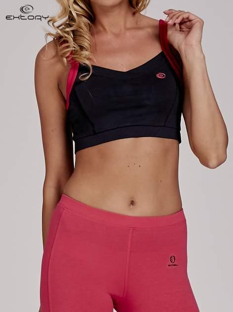 Szary top stanik sportowy z różowymi ramiączkami i wycięciem z tyłu