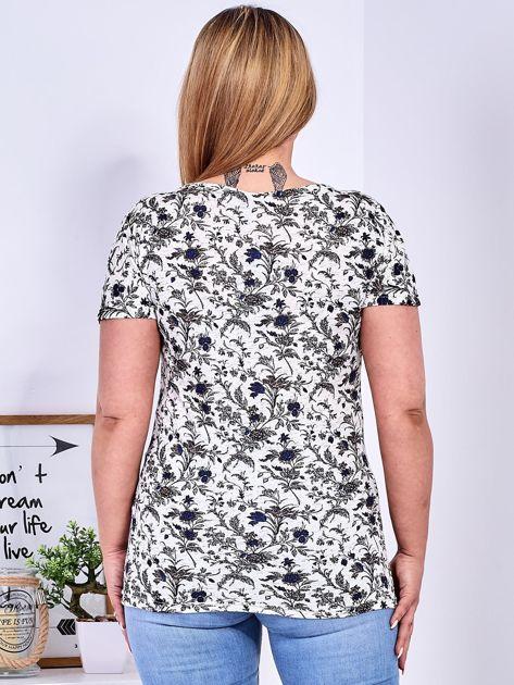 T-shirt beżowy w drobny roślinny wzór PLUS SIZE                              zdj.                              2