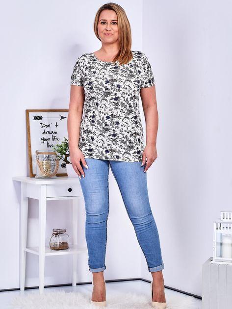 T-shirt beżowy w drobny roślinny wzór PLUS SIZE                              zdj.                              4