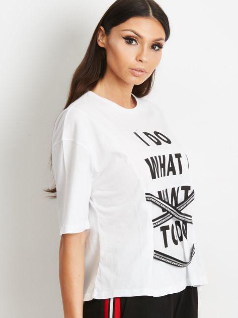 T-shirt biały z napisem i graficznymi taśmami                                  zdj.                                  3