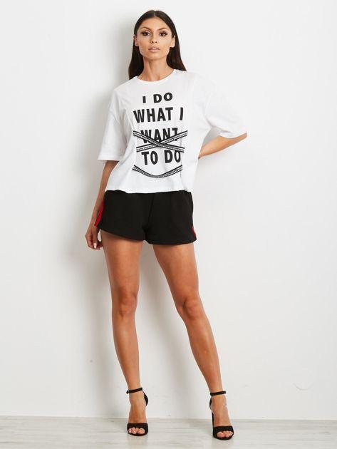 T-shirt biały z napisem i graficznymi taśmami                              zdj.                              2
