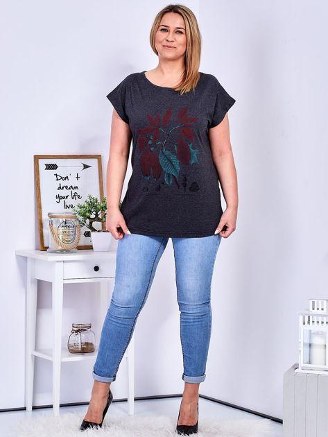 T-shirt ciemnoszary z roślinnym printem PLUS SIZE                                  zdj.                                  4