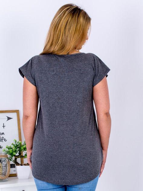 T-shirt ciemnoszary z truskawką PLUS SIZE                              zdj.                              2