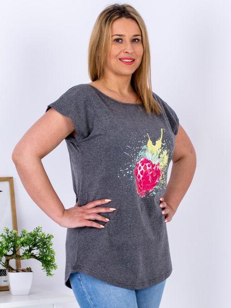T-shirt ciemnoszary z truskawką PLUS SIZE                              zdj.                              3