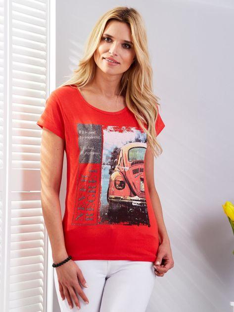 T-shirt czerwony z motywem samochodu                              zdj.                              1