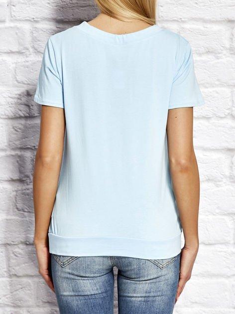 T-shirt damski z wiązaniem i naszywkami jasnoniebieski                              zdj.                              2