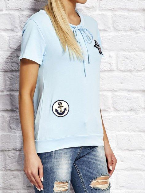 T-shirt damski z wiązaniem i naszywkami jasnoniebieski                              zdj.                              3