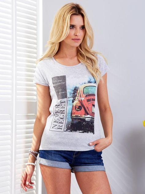 T-shirt jasnoszary z motywem samochodu                              zdj.                              1