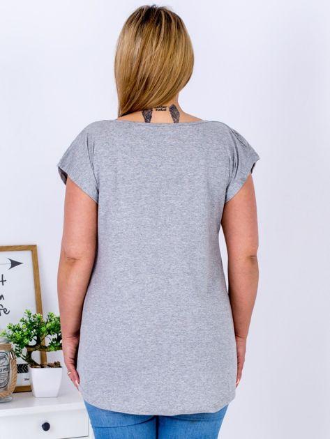 T-shirt jasnoszary z truskawką PLUS SIZE                              zdj.                              2