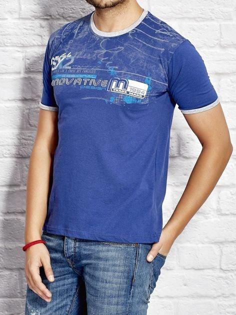T-shirt męski z tekstowym nadrukiem ciemnoniebieski                              zdj.                              3