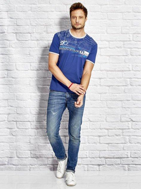 T-shirt męski z tekstowym nadrukiem ciemnoniebieski                              zdj.                              4