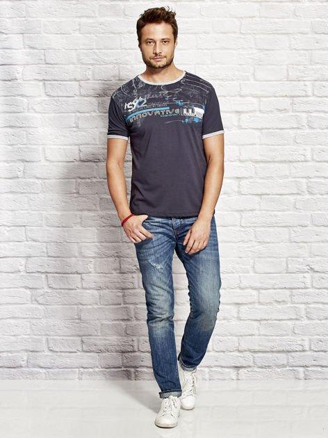 T-shirt męski z tekstowym nadrukiem granatowy                              zdj.                              4