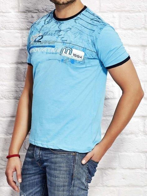 T-shirt męski z tekstowym nadrukiem jasnoniebieski                              zdj.                              3