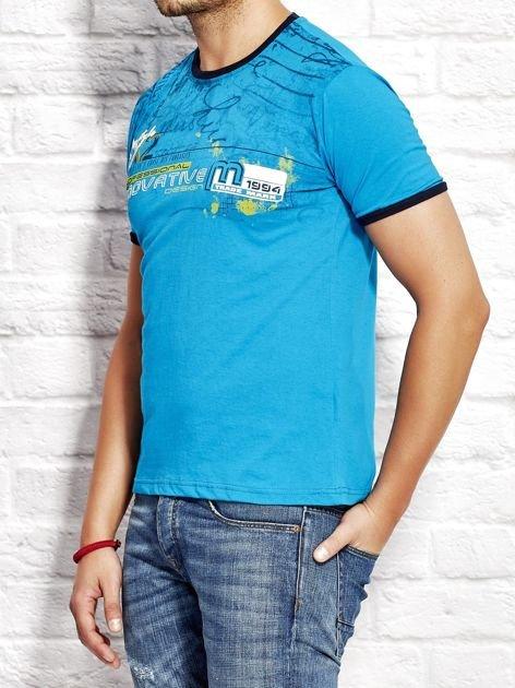 T-shirt męski z tekstowym nadrukiem morski                              zdj.                              3