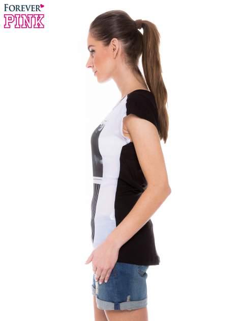 T-shirt z nadrukiem monochromatycznym                                  zdj.                                  2