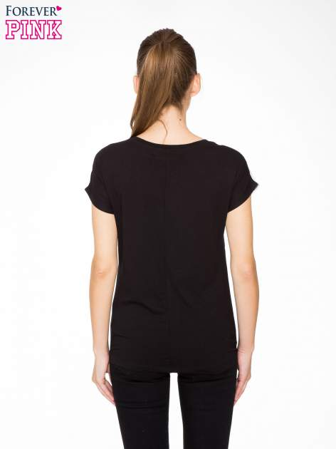 T-shirt z nadrukiem w stylu glam i czarnym tyłem                                  zdj.                                  4