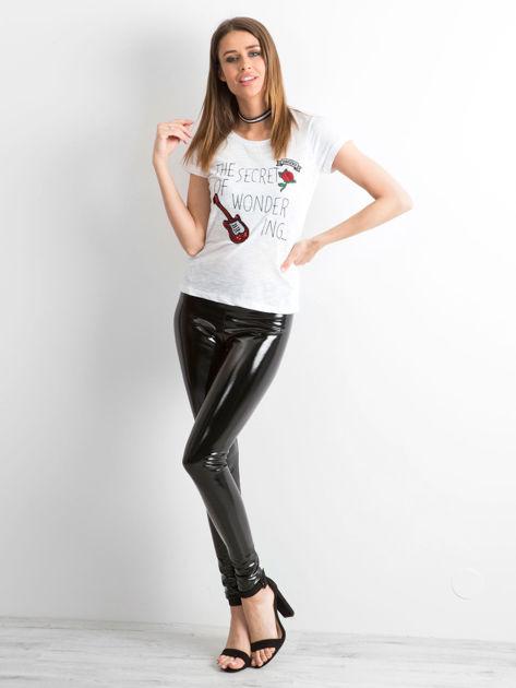 T-shirt z naszywkami biały                              zdj.                              4
