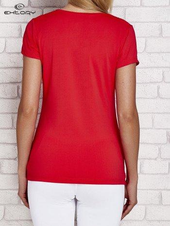 T-shirt z trójkątnym dekoltem ciemnokoralowy PLUS SIZE                              zdj.                              2