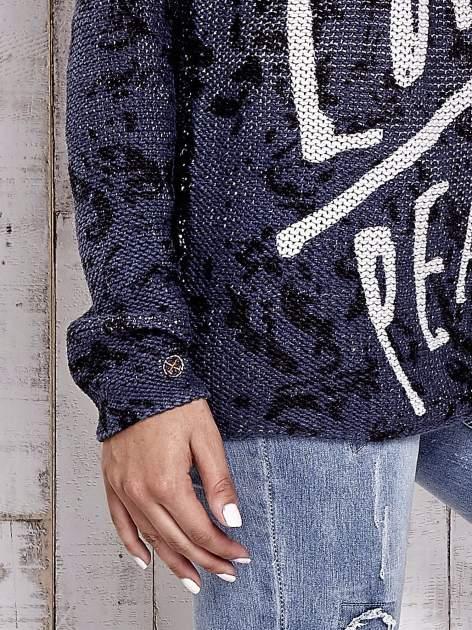 TOM TAILOR Granatowy sweter z literowym nadrukiem i cekinami                                  zdj.                                  7