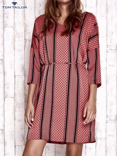 TOM TAILOR Koralowa graficzna sukienka z wiązaniem                                  zdj.                                  1