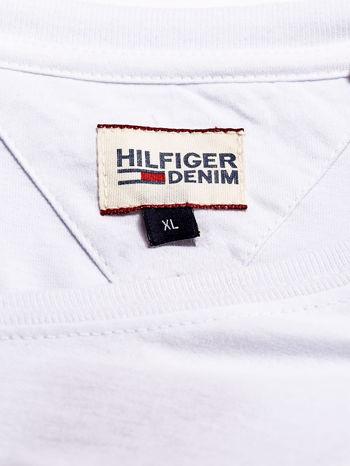 TOMMY HILFIGER Biały t-shirt męski z nadrukiem flagi                                  zdj.                                  4