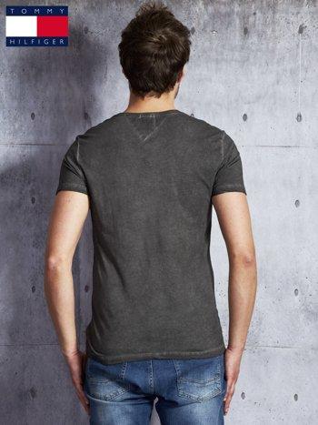 TOMMY HILFIGER Ciemnoszary dekatyzowany t-shirt męski                              zdj.                              2