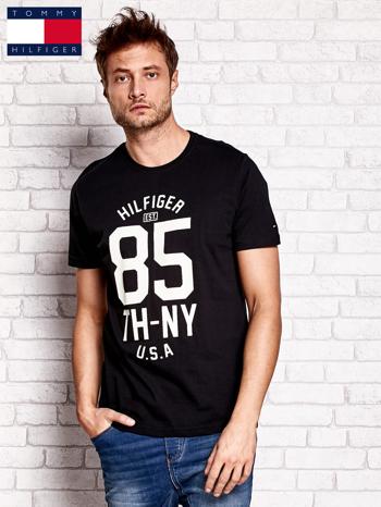 TOMMY HILFIGER Czarny t-shirt męski z napisem 85                                  zdj.                                  1