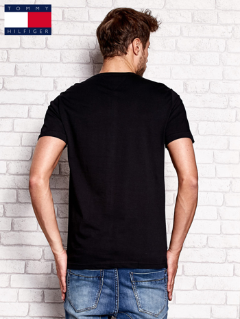 TOMMY HILFIGER Czarny t-shirt męski z napisem 85                                  zdj.                                  3
