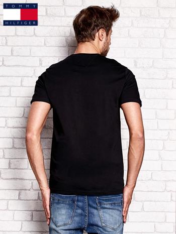 TOMMY HILFIGER Czarny t-shirt męski z napisem HILFIGER DENIM                                  zdj.                                  3