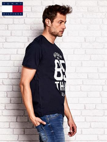 TOMMY HILFIGER Granatowy t-shirt męski z napisem 85                                  zdj.                                  2