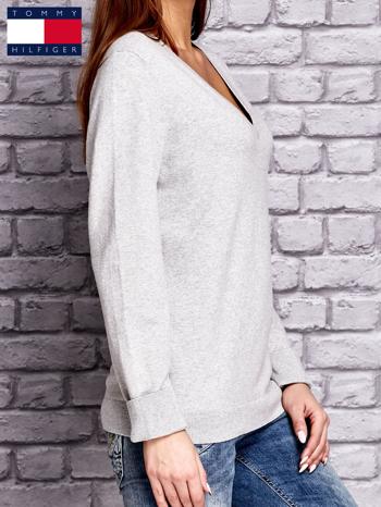 TOMMY HILFIGER Szary sweter z dekoltem w serek                                  zdj.                                  3