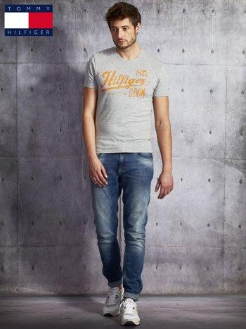 TOMMY HILFIGER Szary t-shirt męski z pomarańczowym nadrukiem                               zdj.                              4