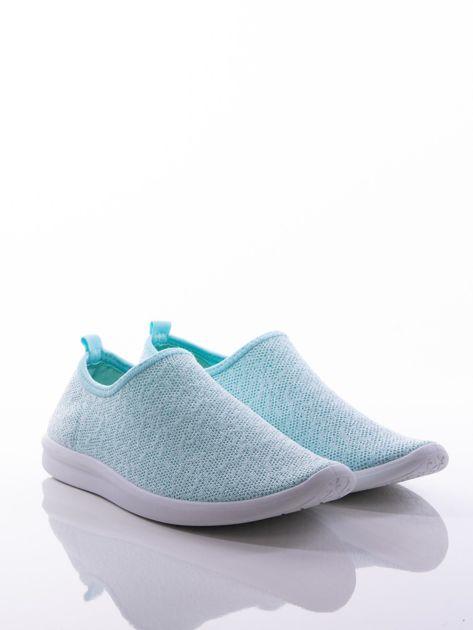 Turkusowe dzianinowe buty sportowe z błyszczącą nitką na bialej podeszwie                              zdj.                              2