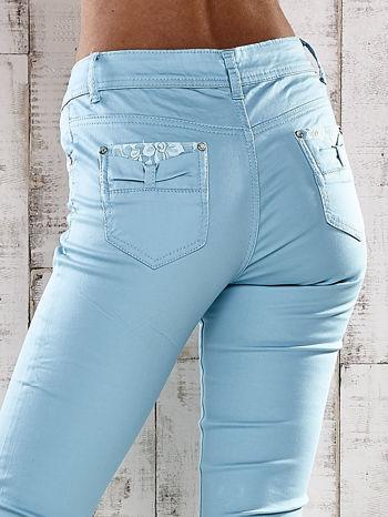 Turkusowe spodnie skinny jeans z koronką                                  zdj.                                  5