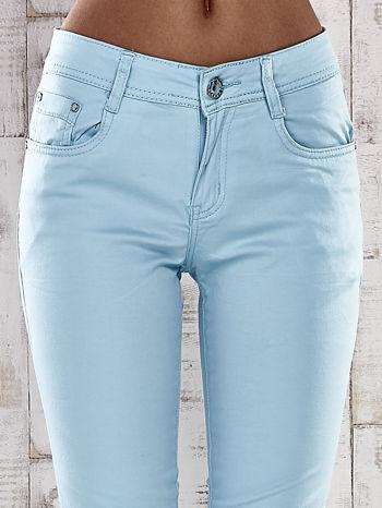 Turkusowe spodnie skinny jeans z ozdobami przy kieszeniach                                  zdj.                                  3