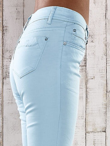 Turkusowe spodnie skinny jeans z ozdobami przy kieszeniach                                  zdj.                                  4