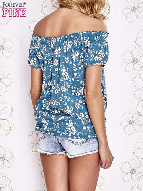 Turkusowy t-shirt w kwiaty z marszczonym wiązanym dekoltem