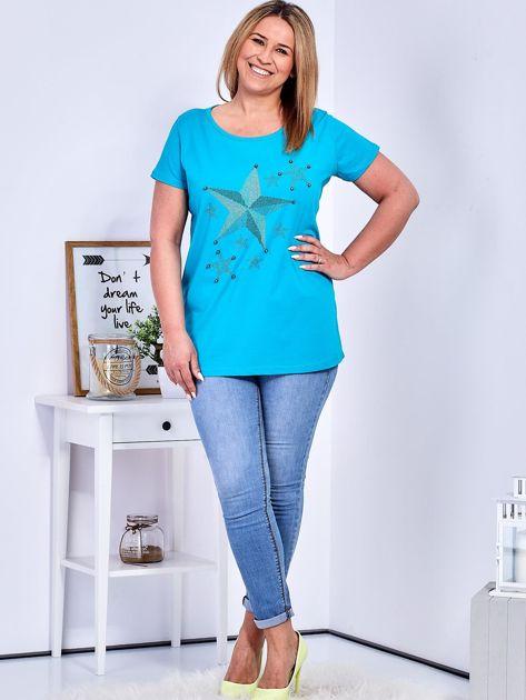 Turkusowy t-shirt z błyszczącymi gwiazdami PLUS SIZE                              zdj.                              4