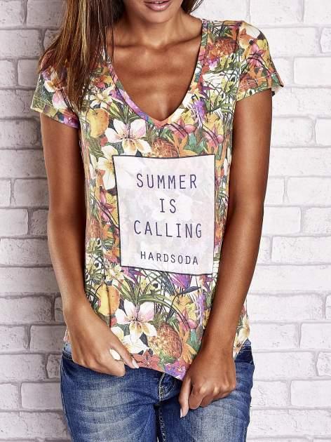 Wzorzysty t-shirt floral z napisem SUMMER IS CALLING                                  zdj.                                  1