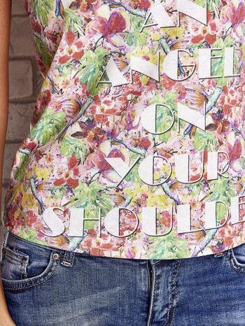 Wzorzysty t-shirt z motywem roślinnym i napisami                                  zdj.                                  6