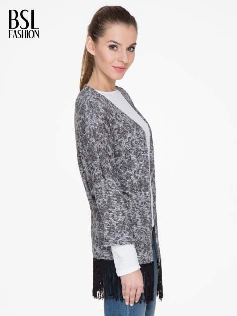 Żakardowy otwarty sweter narzutka o kroju kimona z frędzlami                                  zdj.                                  3