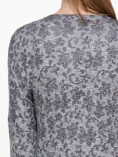 Żakardowy otwarty sweter narzutka o kroju kimona z frędzlami                                  zdj.                                  5