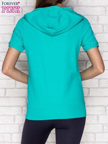Zielona bluza z krótkim rękawem i kapturem