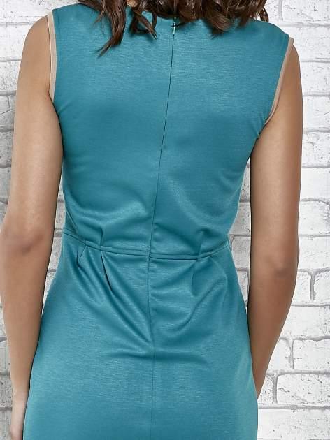 Zielona dopasowana sukienka z pionową aplikacją                                  zdj.                                  6