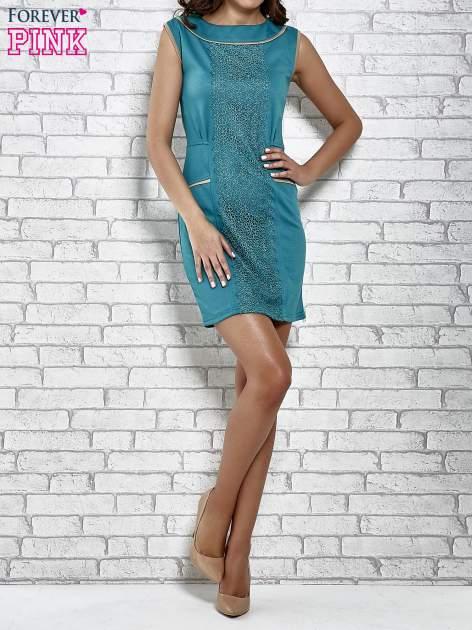 Zielona dopasowana sukienka z pionową aplikacją                                  zdj.                                  2